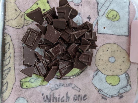 お菓子作り、チョコを砕く、