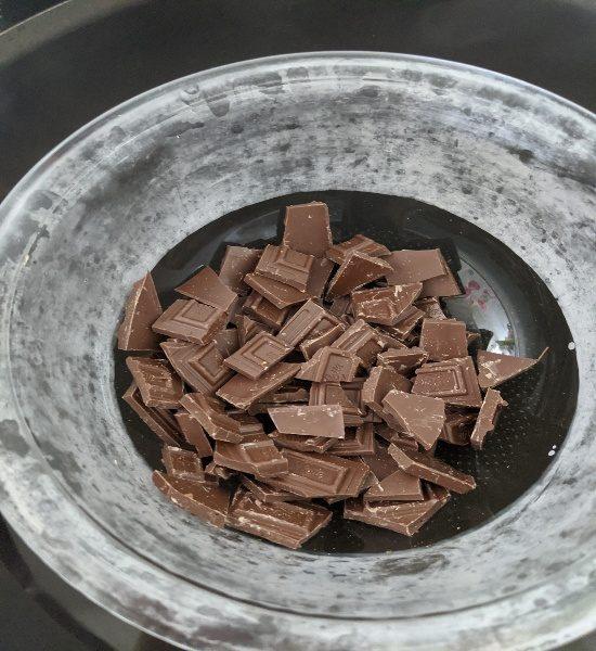 お菓子作り、チョコを湯煎にかける